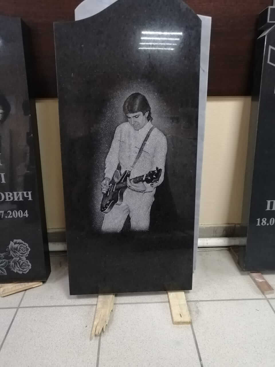 памятник музыкант с гитарой